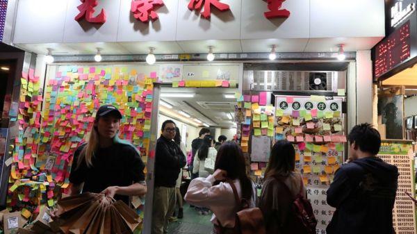 香港示威者呼籲多光顧支持示威的黃店,希望建立黃色經濟圈,但做法引發爭議。