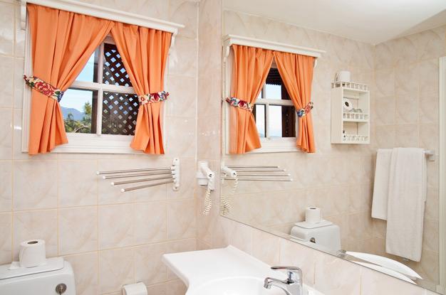 Изображение - Окно между ванной и кухней в «хрущёвках» предназначение и варианты оформления proxy?url=http%3A%2F%2Fvannayasovety.ru%2Fwp-content%2Fuploads%2F2016%2F02%2FDekorirovanie-okna-v-vannoy-pri-pomoshhi-zanaveski