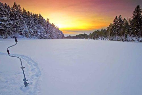 Там где вода быстрее течет, рыба всегда лучше клюет, зимняя рыбалка на реке