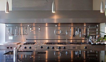 Изображение - Рейлинг на кухню выбор, установка, самостоятельное изготовление proxy?url=https%3A%2F%2Fdekoriko.ru%2Fimages%2Farticle%2Fthumb%2F450-0%2F2017%2F03%2Fkak-ustanovit-rejlingi-na-kuhne-65