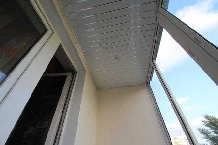 Изображение - Как и из чего сделать потолки на балконе proxy?url=https%3A%2F%2Fdekoriko.ru%2Fimages%2Farticle%2Fthumb%2F450-0%2F2017%2F04%2Fpotolki-na-balkone-27