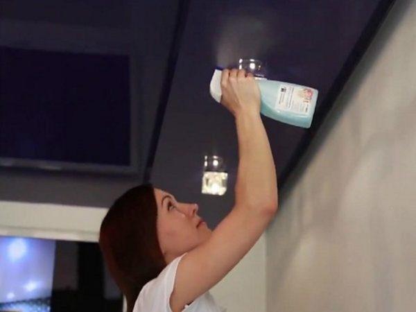 Изображение - Как мыть натяжные потолки proxy?url=https%3A%2F%2Flegkovmeste.ru%2Fwp-content%2Fuploads%2F2018%2F06%2Fsprey-dlya-chistki-natyazhnyh-potolkov-600x450