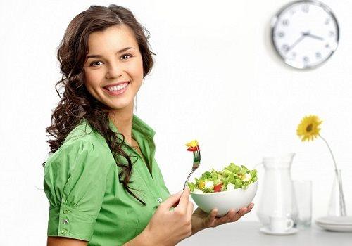 Изображение - Овощи при панкреатите какие можно есть овощи при панкреатите proxy?url=https%3A%2F%2Fpankreatit03.ru%2Fwp-content%2Fuploads%2F2018%2F01%2FDevushka-derzhit-chashku-s-salatom