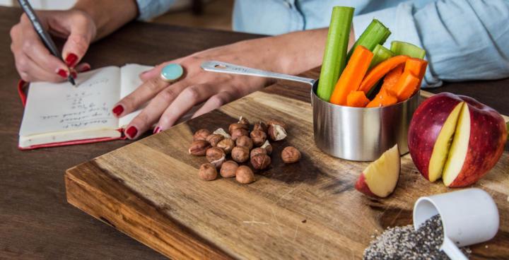 Изображение - Сколько калорий нужно в день для людей, ведущих различный образ жизни можно ли его снижать для похуд proxy?url=https%3A%2F%2Fsuperbody.click%2Fwp-content%2Fuploads%2F2018%2F01%2Fsyrye-produkty-i-gotovye-blyuda-kak-schitat-kalorii