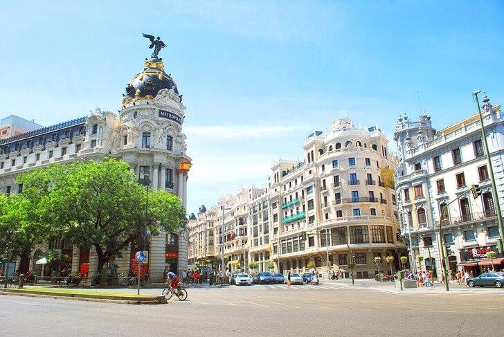 Изображение - Испания мадрид достопримечательности proxy?url=https%3A%2F%2Ftop10.travel%2Fwp-content%2Fuploads%2F2016%2F10%2Fulitsa-gran-via