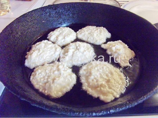 как приготовить сырники из творога на сковороде рецепт пошагово